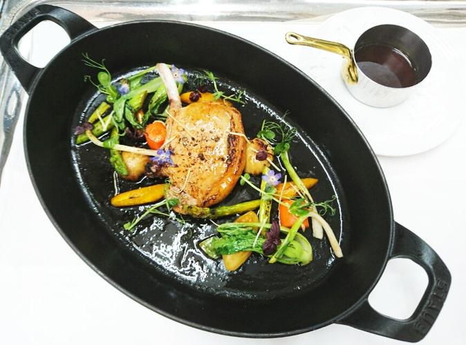 torantean神戸ポーク骨付きロース肉と野菜のココット焼き_生姜の香りを効かせたソースと共に2-min