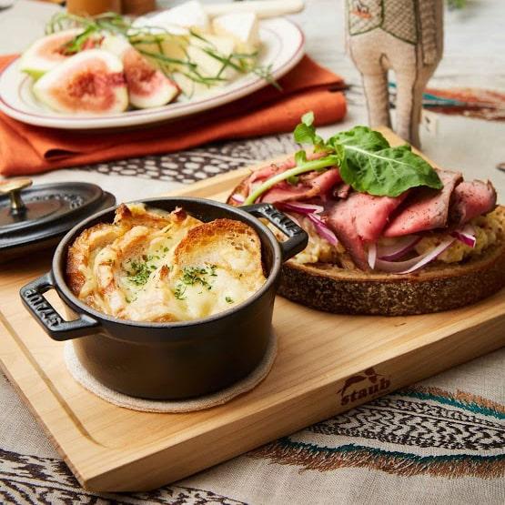 ストウブで作るオニオングラタンスープとローストビーフサンド